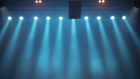 Possibilité éloignée de scène, lumière d'étape avec les projecteurs colorés et fumée Projecteurs bleus dans l'éclat de fumée sur  banque de vidéos