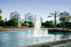 Possibilité éloignée des vacances des enfants près de la fontaine Images libres de droits