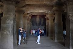 Possibilité éloignée du couloir de Trimurti trois idoles aux cavernes d'Elephanta, Mumbai, Inde photos libres de droits