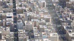 Possibilité éloignée du paysage urbain de Téhéran le capital de la république islamique de l'Iran avec la lumière du soleil au-de clips vidéos