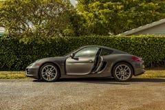 Possibilité éloignée en longueur de Porsche Cayman Scène urbaine photos stock