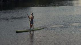 Possibilité éloignée, sports Guy Rapidly Sails sur la rivière se tenant sur la petite gorgée banque de vidéos