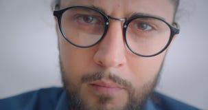Postępowy caucasian freelancer w eyeglasses z ponytail zwrotem kamera jest thoughtfull i poważny zbiory wideo