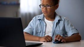 Postępowy dziecka obsiadanie przy komputerem, IT piśmienności lekcje dla dzieci, edukacja zdjęcia royalty free