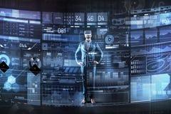 Postępowy mężczyzna używa rzeczywistość wirtualna przyrząd przy pracą podczas gdy być obraz stock