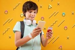 Postępowy nastolatek robi robić zakupy online i używać dyskontową kartę fotografia stock