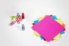 Post-it σημειώσεις με τους μικρούς χρωματισμένους γόμφους στοκ φωτογραφίες