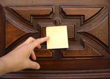 Post-it и старая дверь Стоковое Изображение