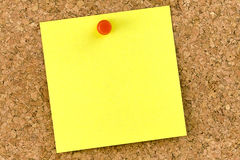 Post-it amarillo en blanco Cork Board Pushpin Imagen de archivo