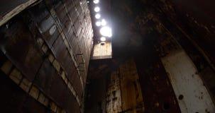 Post-apocalyptisch landschap van een roestige post Waterdruppels van het plafond door ronde gaten stock video