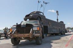 Post-apocalyptische overlevingsvrachtwagen Royalty-vrije Stock Foto's