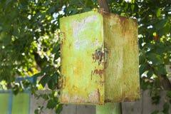 Post- ask för gammal rostig grön skalningsmetall (föreningspunktask) under th royaltyfri fotografi