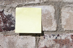 Post-It auf einer Wand Stockfoto