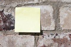 Post-It auf einer Wand Stockfoto