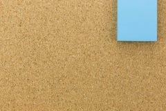 Post-it bleu sur le panneau de liège Image libre de droits