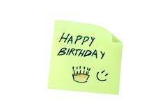 Post-it con il buon compleanno di parola visto frontalmente Fotografia Stock