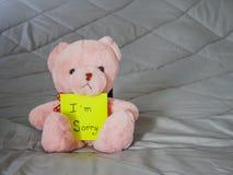 Post-it con la bambola dell'orsacchiotto fotografia stock libera da diritti