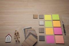 Post-it con los matrials de madera para el dise?o interior Muestras de madera para la lamina o los muebles del piso en el edifici foto de archivo libre de regalías