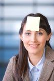 Post-it de la mujer de negocios en la pista Imagen de archivo libre de regalías
