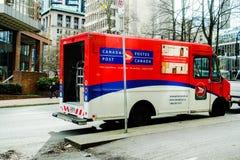 Post de Leveringsvrachtwagen van Canada in Vancouver stock afbeelding