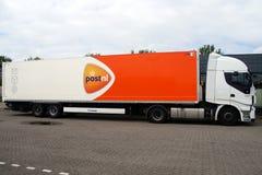 Post de leveringsvrachtwagen van NL - zijaanzicht Stock Foto