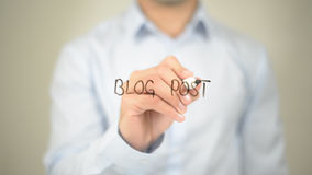 Post del blog, scrittura dell'uomo sullo schermo trasparente Fotografia Stock Libera da Diritti
