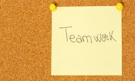 Post-it dos trabalhos de equipa em um fundo do coarkboard Foto de Stock Royalty Free