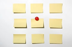 Post-it e bottone gialli del magnete sulla lavagna Fotografia Stock Libera da Diritti
