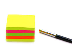 Post-it e pena Imagem de Stock