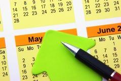Post-it e pena no calendário Foto de Stock Royalty Free