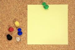 Post-it e percevejos coloridos Imagens de Stock