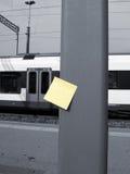 Post-it e stazione Fotografia Stock Libera da Diritti