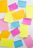 Post-it en la tarjeta blanca Foto de archivo libre de regalías