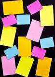 Post-it en la tarjeta blanca Imagen de archivo libre de regalías