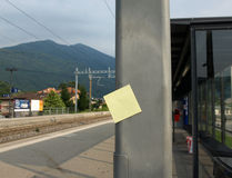 Post-it et gare Photo stock