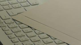 post för tangentbord för kuvert för kommunikationsdator e via lager videofilmer