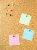 Post-it goupillé du panneau trois de liège images libres de droits