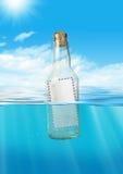 Post im Flaschenfloss in Ozean, Kommunikationskonzept Lizenzfreie Stockbilder