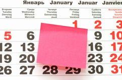 Post-Itanmerkung über Kalender Stockbild