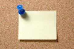 Post-Itanmerkung mit Druckbolzen auf corkboard Stockfotografie