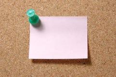 Post-Itanmerkung mit Druckbolzen auf corkboard stockfotos