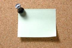 Post-Itanmerkung mit Druckbolzen auf corkboard Lizenzfreies Stockfoto