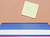 Post-Itanmerkung und Bücher Stockfoto