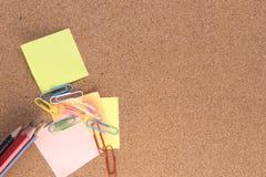 Post-Itanmerkungen, -bleistifte und -Büroklammern Stockbild