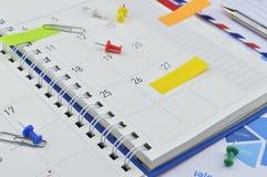 Post-Itanmerkungen mit Stift und Klipp auf Geschäftstagebuchseite Lizenzfreie Stockfotos