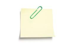 Post-Itanmerkungs-Papier mit Papierklammer Stockfoto