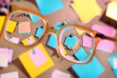 Κενά post-its που βλέπουν μέσω υψηλά eyeglasses διόπτρας. Στοκ φωτογραφίες με δικαίωμα ελεύθερης χρήσης