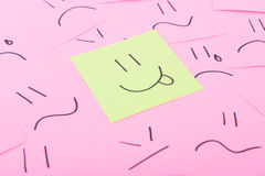 Post-it jaune avec le visage heureux Photo libre de droits