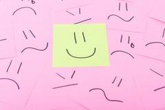 Post-it jaune avec le visage heureux Photographie stock libre de droits
