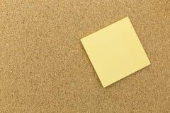 Post-it jaune sur le panneau de liège Photographie stock libre de droits